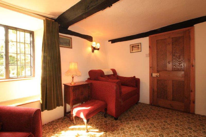 Una delle poltrone (nella foto) e il divano convertire in divani letto per le grandi feste.