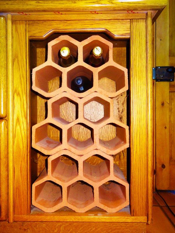 No cucina è completa senza una cremagliera del vino - questo può essere riempita prima gli ospiti arrivano da concordare.