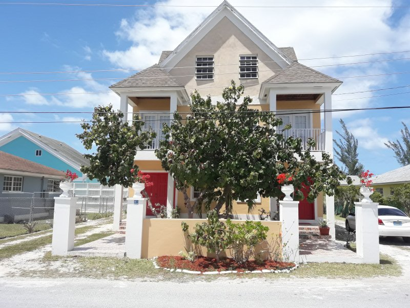 Beautiful Spacious Townhouse Near Beaches, holiday rental in Coral Harbour