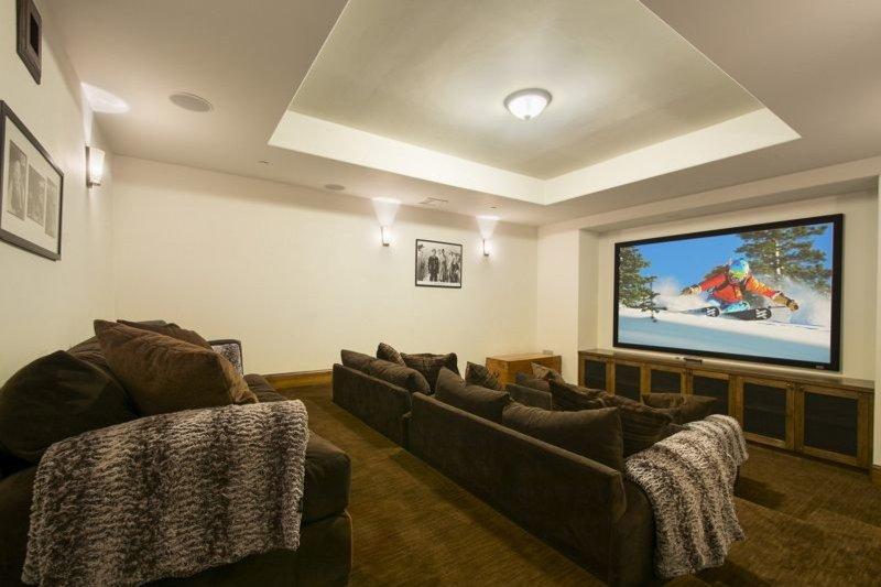 Salle de cinéma avec écran de projection