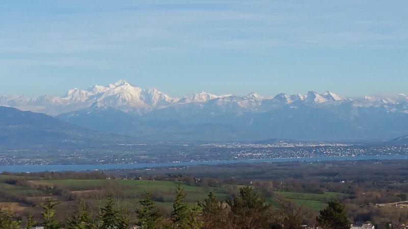 Vue sublime de la maison (photo réelle) sur le Mont-Blanc, Genève et le lac Leman.