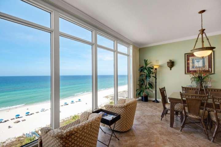 Schöne Aussichten mit Boden bis zur Decke reichenden Fenstern!