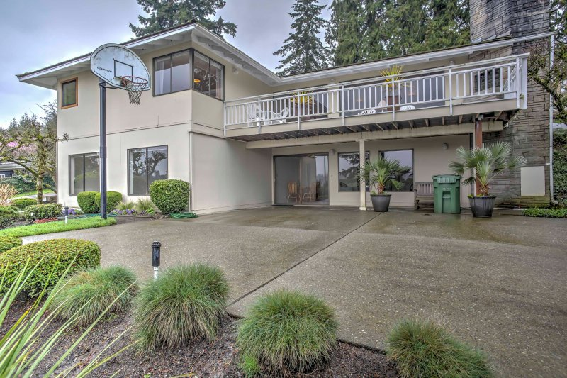 This outstanding vacation rental house is just steps away from Washington Lake!