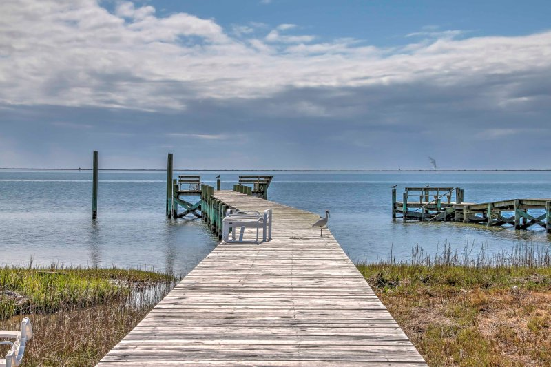 Spacious Outer Banks House w/ Private Dock!, location de vacances à Harkers Island