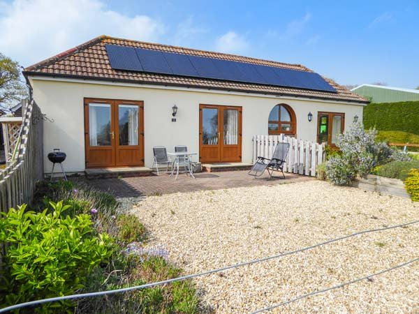 3 THE STABLES, country holiday cottage, with a garden in Ryde, Isle Of Wight, vacation rental in Merstone