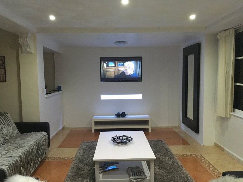 Modern Refurbished Lounge with Smart TV, Netflix & all live football games