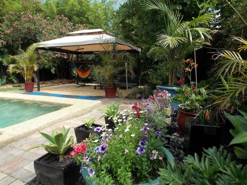 Détendre dans la piscine chauffée solaire en saison