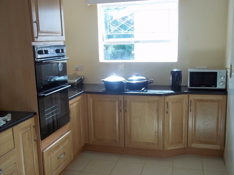 Self Catering furnished 3 BEDS house to let, holiday rental in Chitungwiza