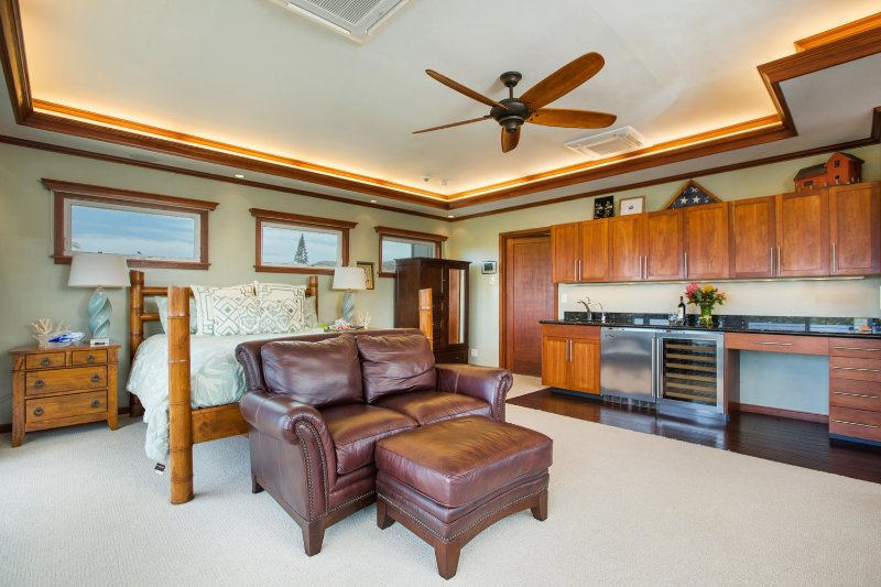 The master suite comes with a built-in wet bar, mini fridge, wine fridge, washer and dryer, and lanai with peek-a-boo ocean and city views!