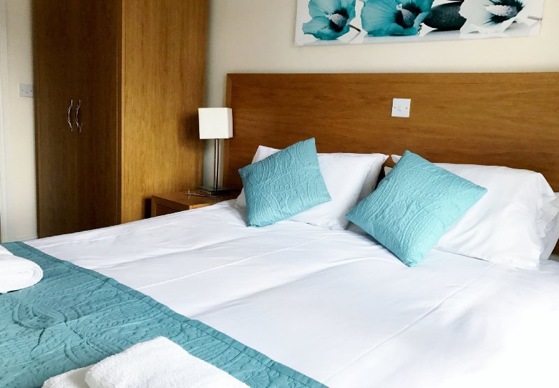contemporary 2 bed / 2 bath & balcony  1st floor apartment. sleeps 5 /7  free wifi & parking,, lift.