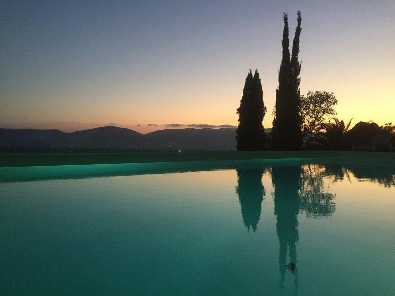 Villa Collina del Sole - Infinity-Pool bei Sonnenuntergang