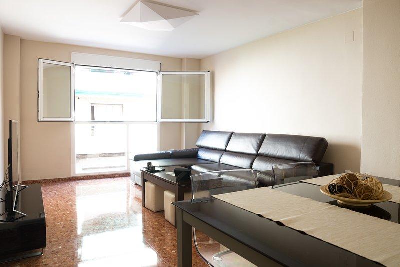 ACOGEDOR Y AMPLIO APARTAMENTO 15 MIN CENTRO+WIFI+AIRE ACOND/CALEF+PARKING, holiday rental in Montserrat