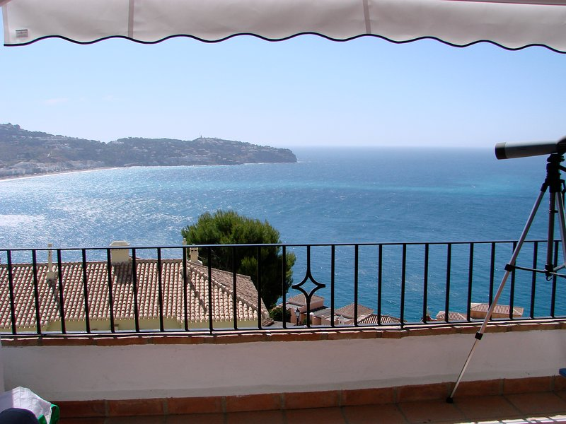 House with sea, town and mountain views on edge of Natural Park Area – semesterbostad i La Herradura