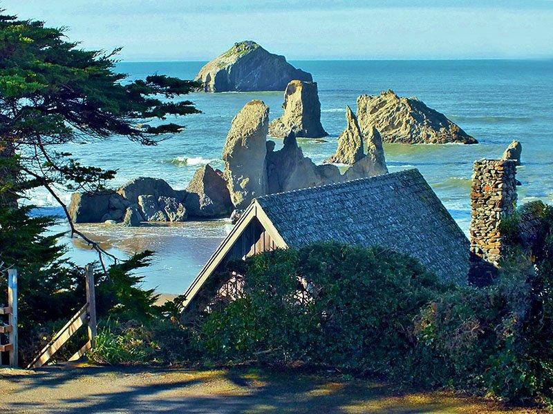 Historische rustikale Strandkabine mit Blick auf Gesicht Rock Beach.