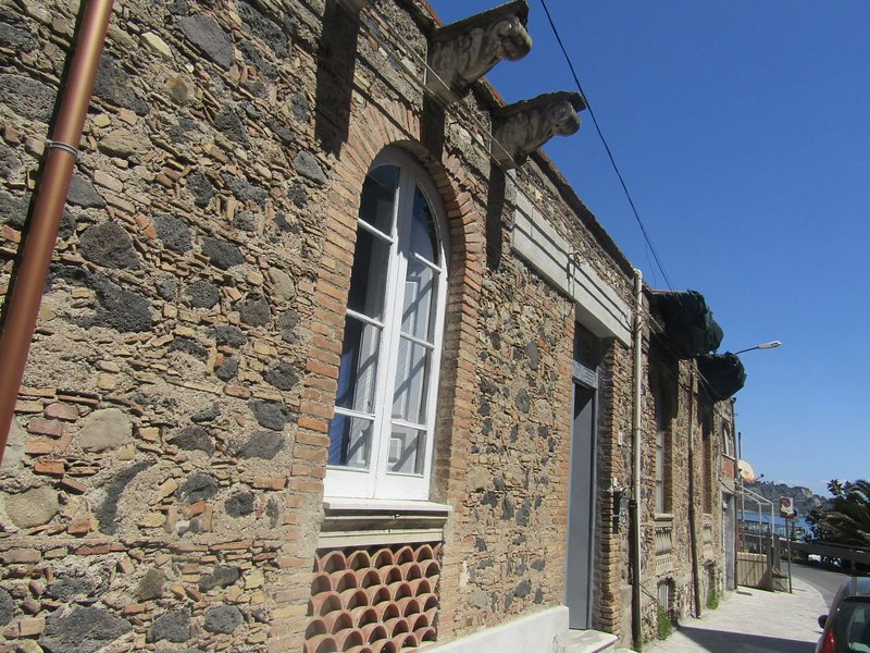 Typical Sicilian house with yard 10 meters from beach incluse airport transfer, casa vacanza a Giardini Naxos