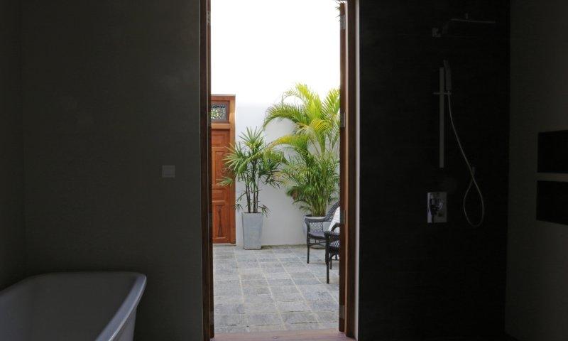 Badkamer 1 .. je toegang tot je eigen binnenplaats