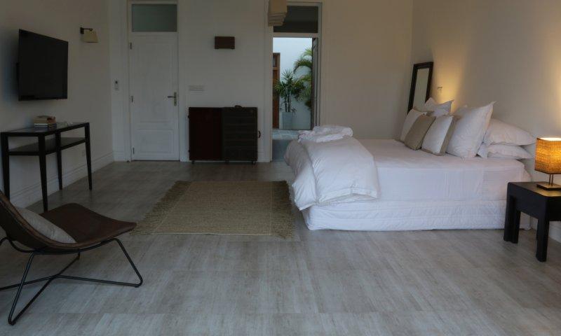Slaapkamer 1 bed Koning met tv, een eigen badkamer en een eigen binnenplaats