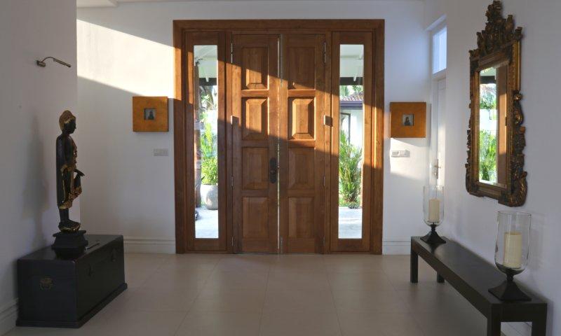 Voer de villa door middel van deze over-sized fantastische deuren naar onze grote open woonkamer