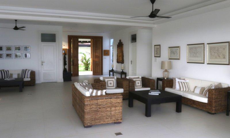 Onze open woon met zijn strand chique interieur & kunstwerk is een rustige plek om elk moment te genieten van elke dag