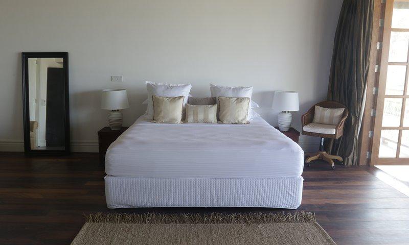 Een Californische kingsize bed, bank, fauteuils maken het Master Suite een comfortabel verblijf op elk gewenst moment