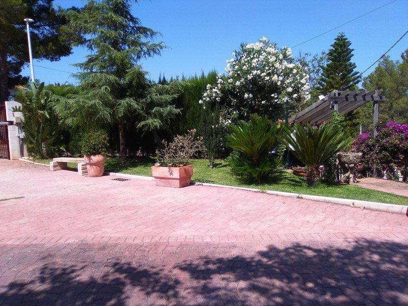Apartamento dentro de una Villa con amplio jardín privado y piscina