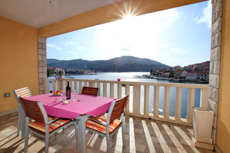 Nice apt with sea view & terrace, holiday rental in Vela Luka