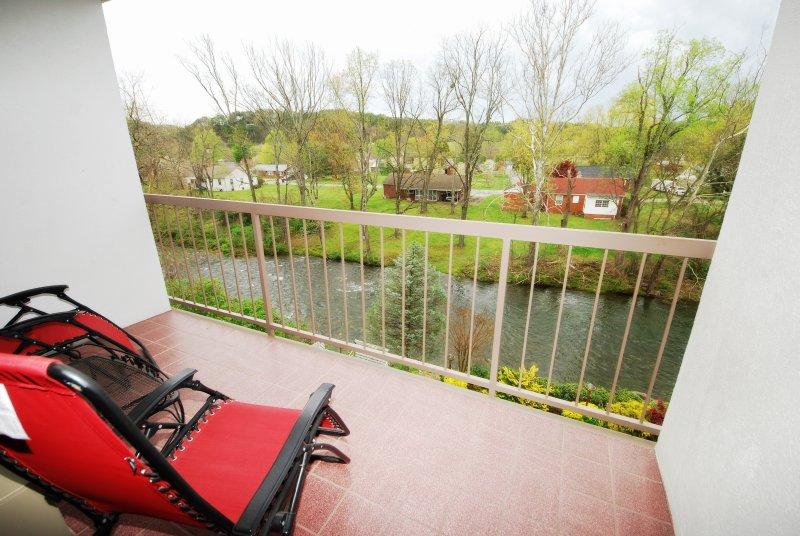 Das Hotel liegt direkt an der Little Pigeon River im Herzen von Pigeon Forge