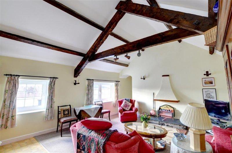 El salón es amplio y luminoso, con techos altos y cómodos asientos