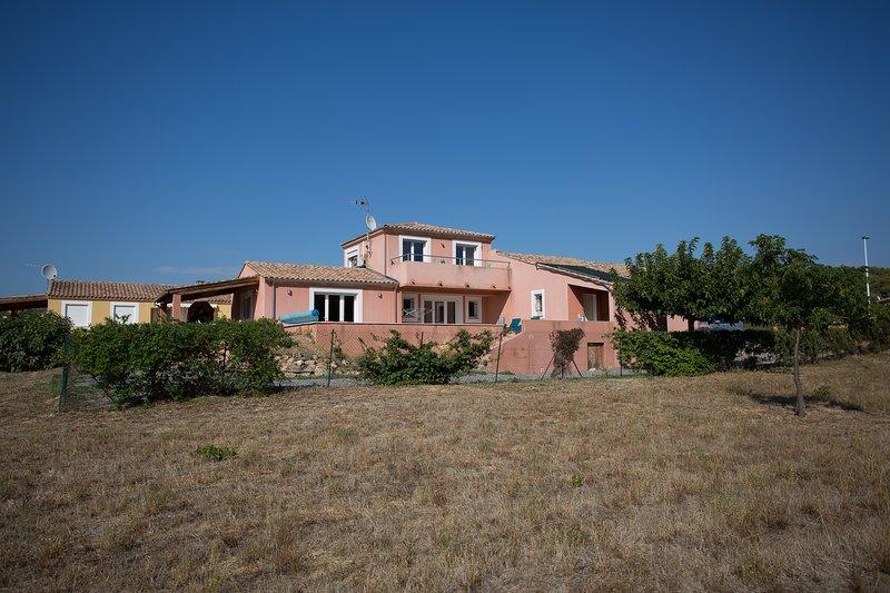 Die Villa hat eine beherrschende Stellung am Rande des Dorfes Grüngürtel