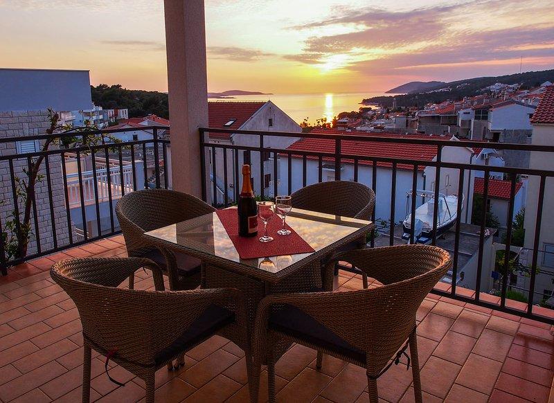 Spacious SEA view apartment, BEACH 5 min, vacation rental in Zarace
