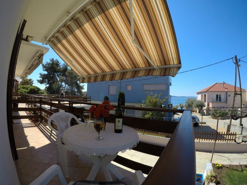 Cosy coastline studio apartment, vacation rental in Kozino