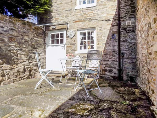 PUZZLE COTTAGE, stone-built, semi-detached, over 3 floors, multi-fuel stove, in, casa vacanza a Leyburn