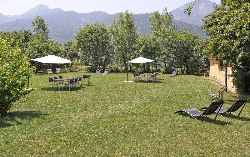 El Arclosan: jardín con tumbonas y barbacoa