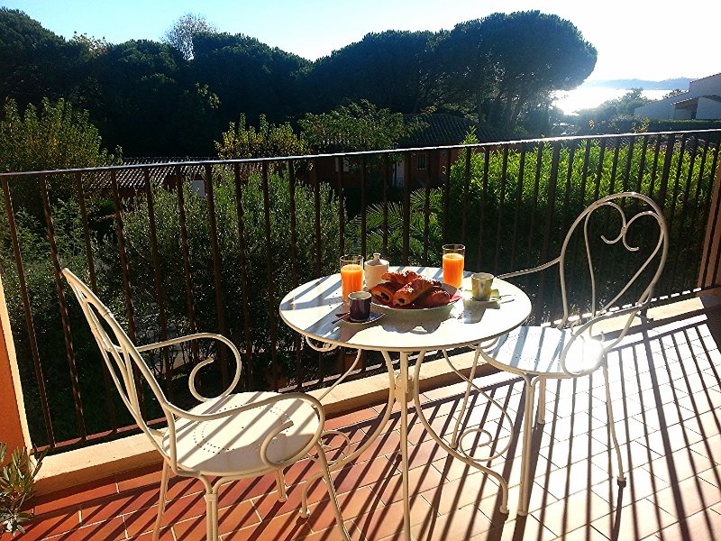 Breakfast on the balcony with a view of the botanical gardens and the beautiful bay of Saint-Tropez