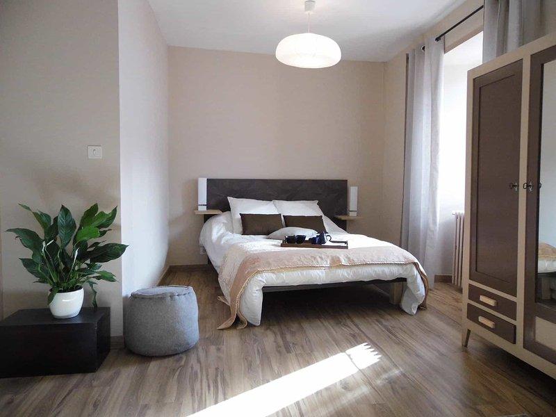 'La Grande Chambre' petit déj inclus ,L'Atelier S , bagnols les bains, location de vacances à Mende