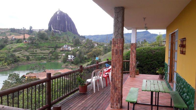 Casa campestre con represa a 3 minutos de la piedra, aluguéis de temporada em Guatape