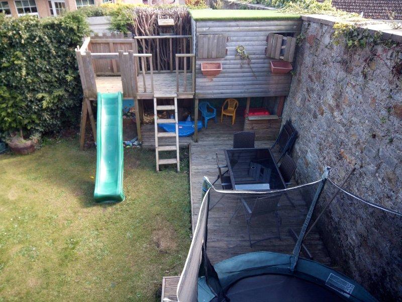 jardin avec maison de jeux et extras