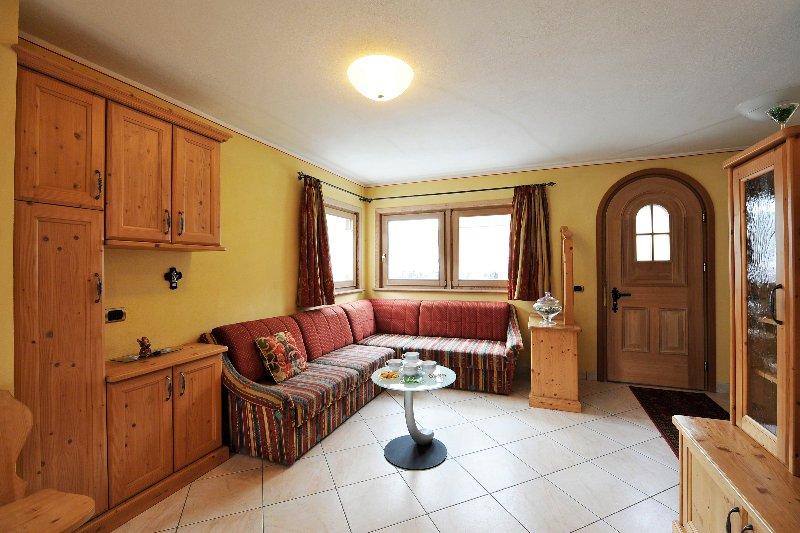 Sala de estar de planta abierta y cocina.