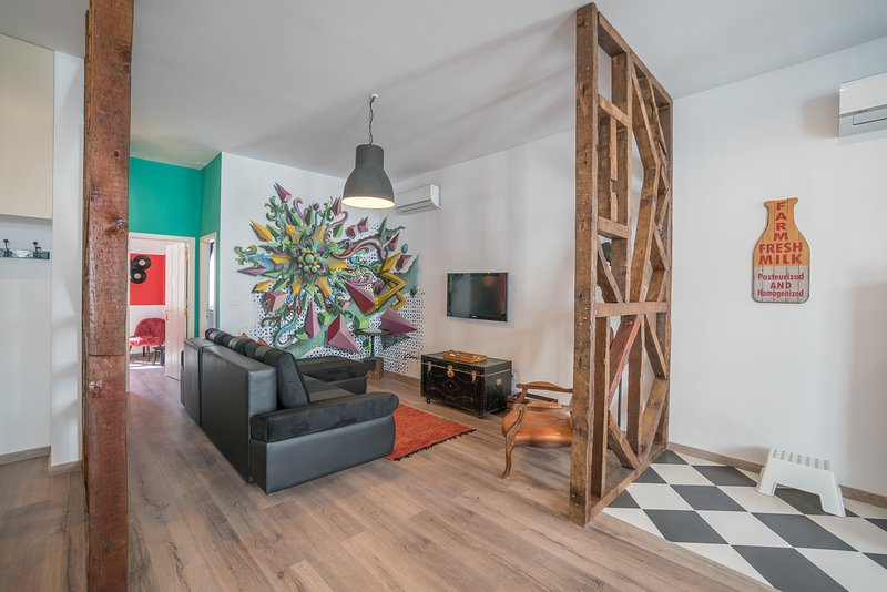 """open woonkamer / keuken / eetkamer met een """"modern"""" tile grafite door de lokale kunstenaar"""