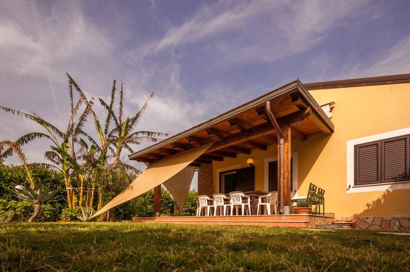 Villa Mimmo,the paradise: moderna con giardino privato a 350mt dal mare, holiday rental in Lascari