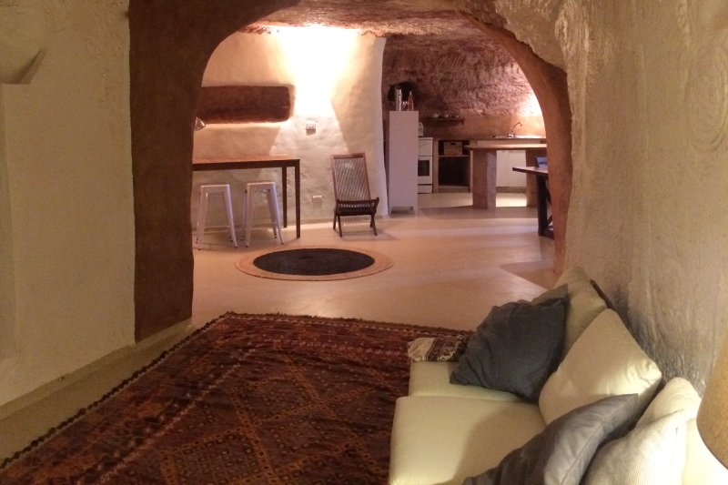 Stunning Underground Home - short walk to restaurants. cafes, shops & galleries, casa vacanza a Coober Pedy