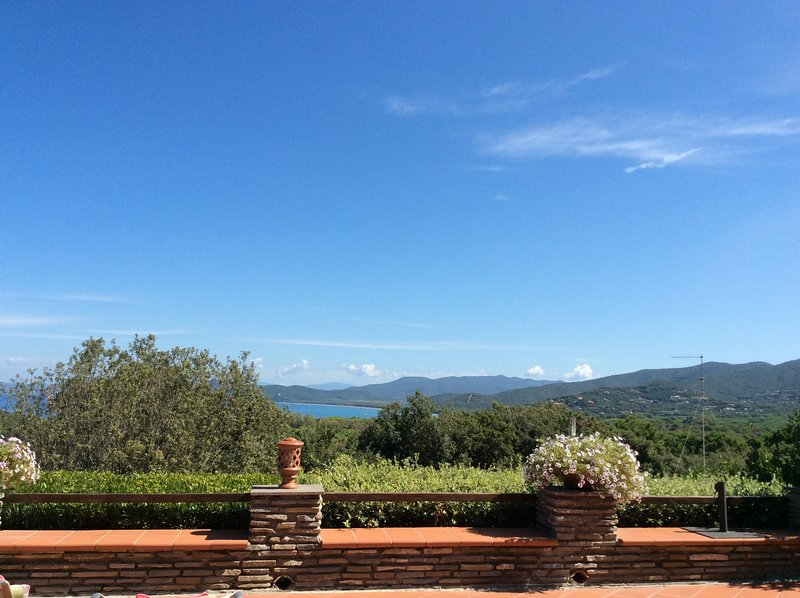 Villa con terrazza di 300 mq con idromassaggio vista a mare, location de vacances à Punta Ala