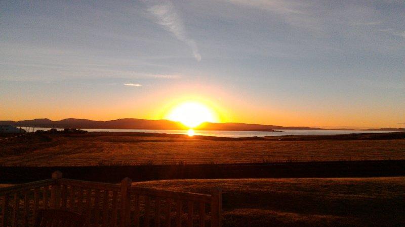 Vista desde el salón y dormitorio anexo - Glorioso amanecer sobre Lochindaal