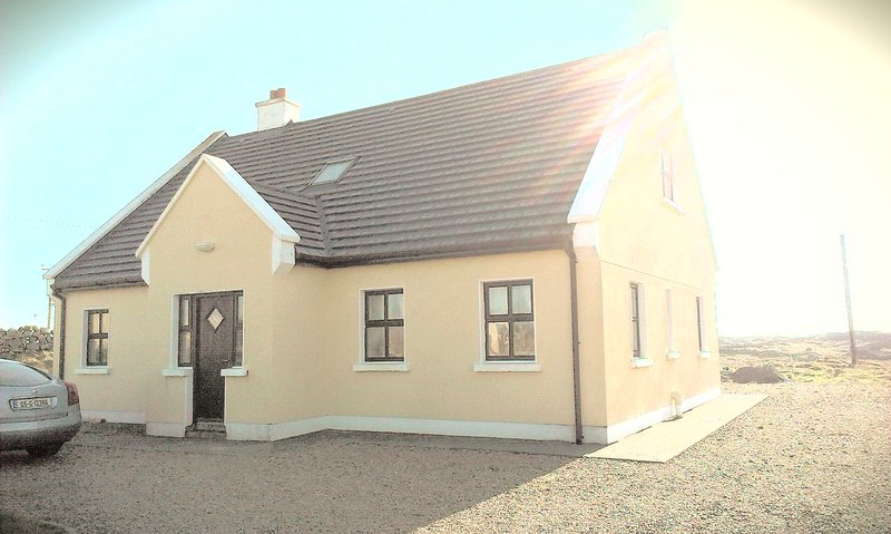 Connemara Beach House to Let, holiday rental in Carna