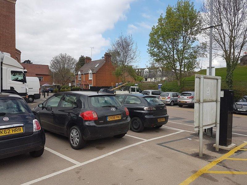 área de estacionamento livre e muitas lojas a uma curta distância