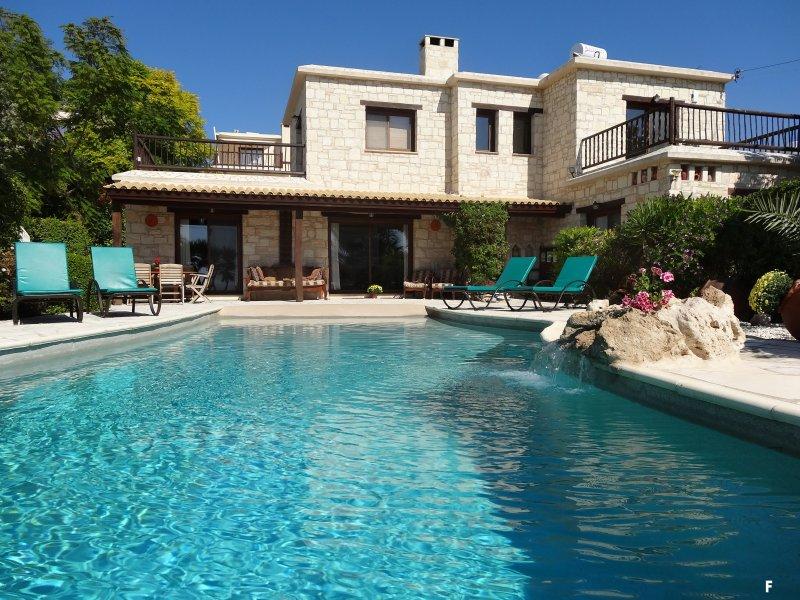 Luxury 4 Bed Villa, Sleeps 8,  Private Infinity Pool, Sea Views & Mountain Views, location de vacances à Peyia