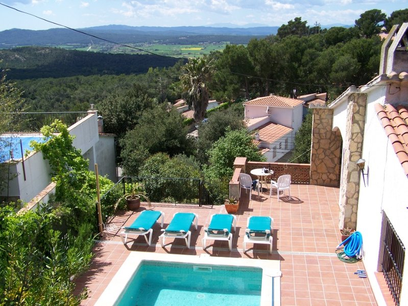 Beautiful Hilltop Villa with Pool & Jacuzzi and breathtaking mountain views, location de vacances à Pals