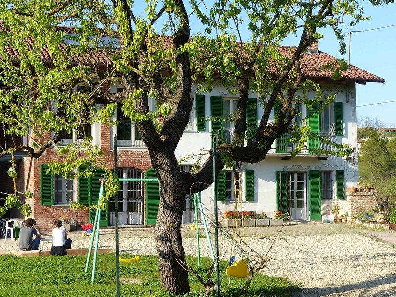 B&B Il Vecchio Pero a 500 mt da Colle Don Bosco: grande stanza per famiglie, vacation rental in Sciolze