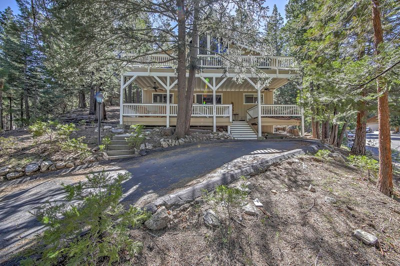 Runaway to the lake and stay at this 3-bedroom, 2.5-bath vacation rental home!