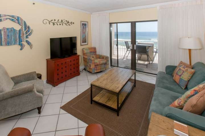 Tegels woonkamer met uitzicht op de Golf-front view
